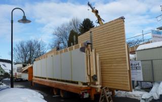 Die vorgefertigten Wände in Holzrahmenbau werden angeliefert